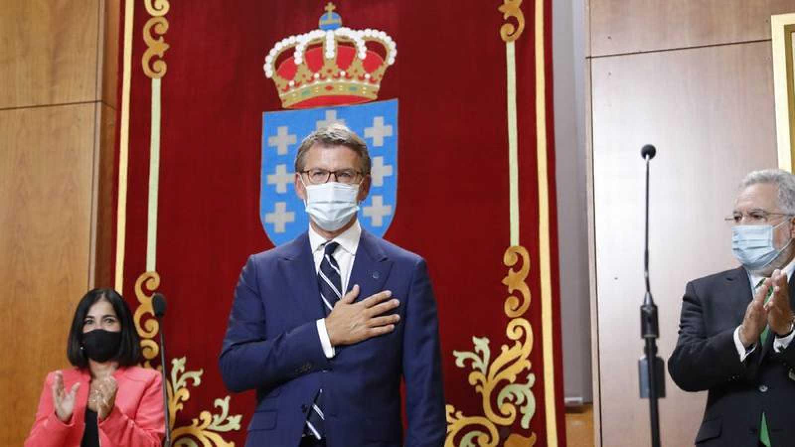 El presidente de la Xunta, Alberto Núñez Feijóo, tras jurar su cargo en presencia de la ministra de Política Territorial, Carolina Darias, y del presidente del parlamento, Miguel Santalices