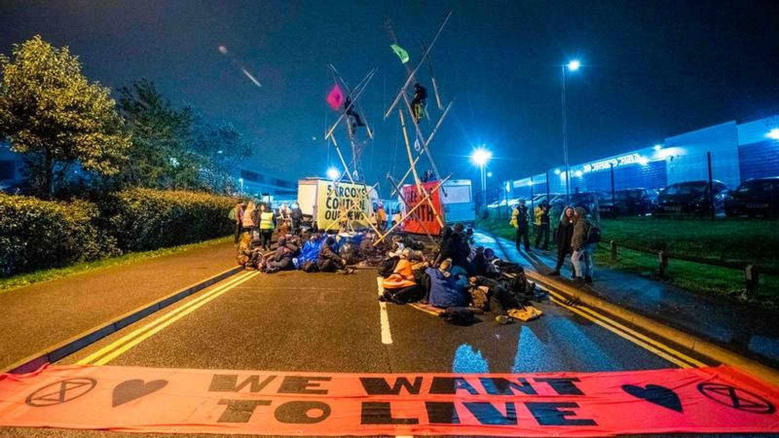 Activistas del grupo Extinction Rebellion bloquean el acceso a la rotativa de News Corporation en Broxbourne, al norte de Londres