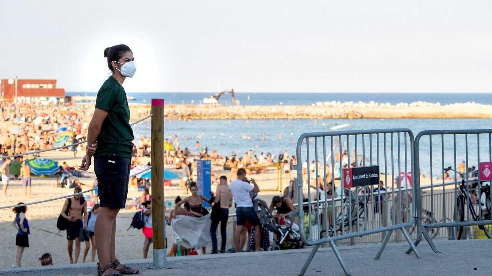 Aspecto de la playa Nova Icària que como muchas otras de Barcelona, han tenido que restringir el accesos debido al exceso de aforo y las medidas anti COVID-19. EFE/Marta Pérez