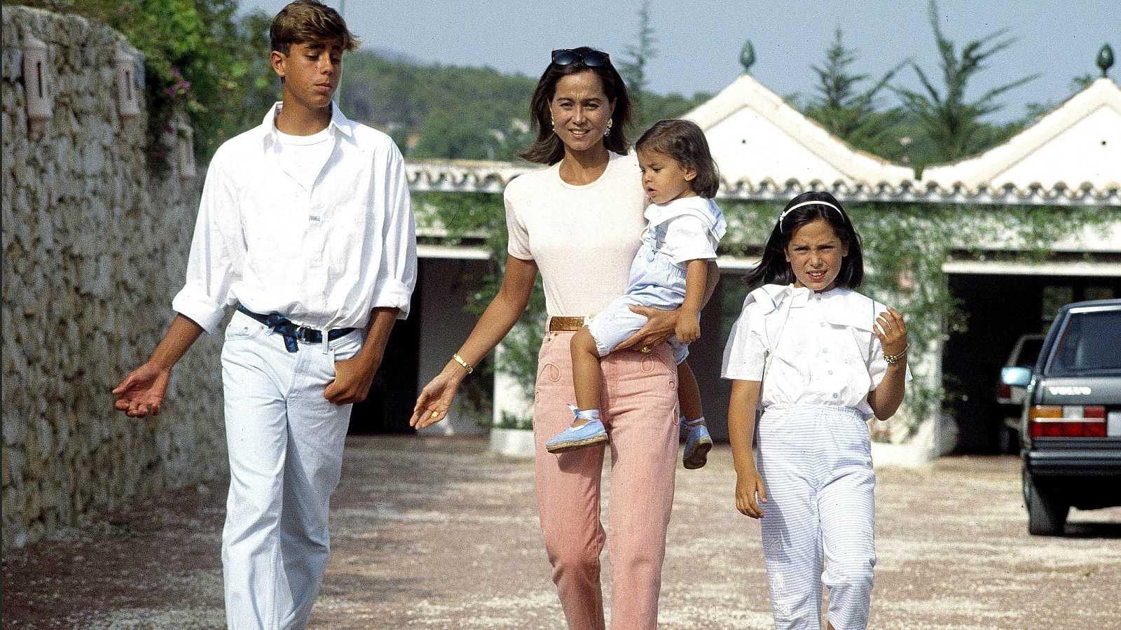Isabel Preysler con sus hijos Enrique Iglesias, Tamara Falcó y en brazos, Ana Boyer