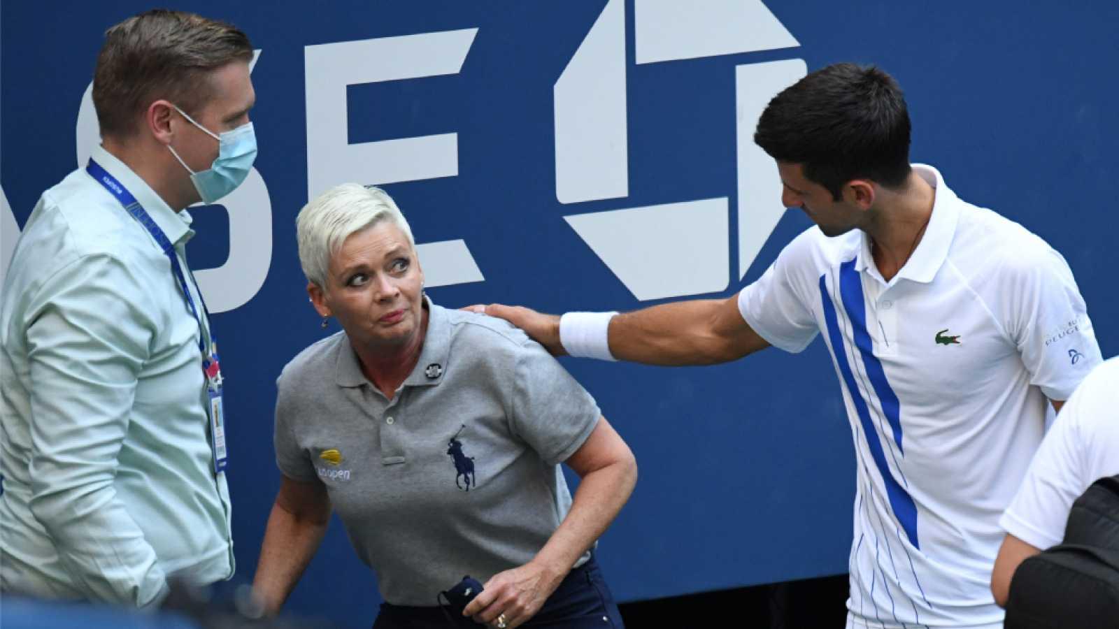 Las redes se tiran al cuello de Djokovic tras el pelotazo a una jueza durante el US Open