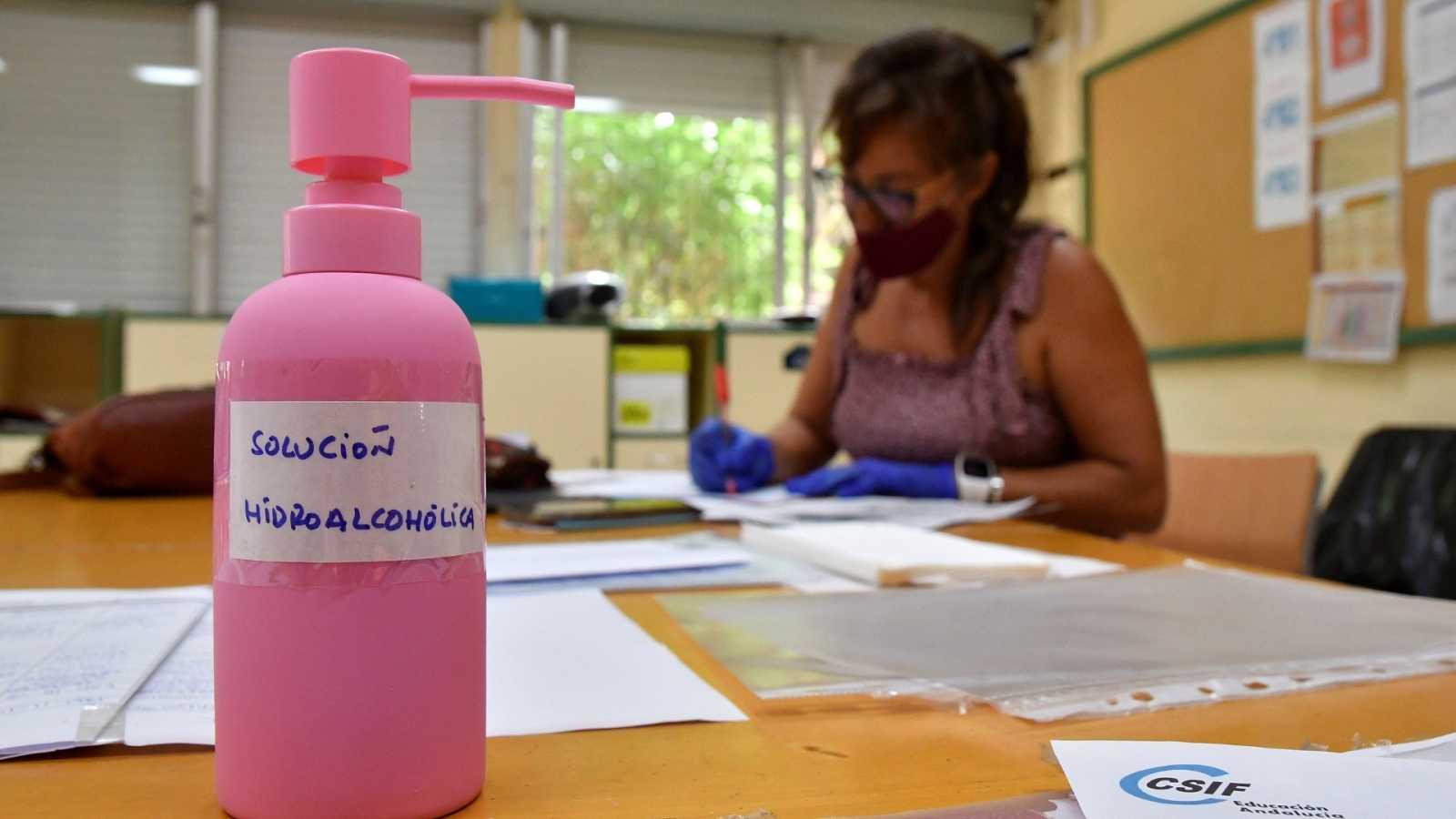 Una profesora de secundaria del I.E.S. Maestro Padilla de Almería corrige los exámenes de recuperación de septiembre.