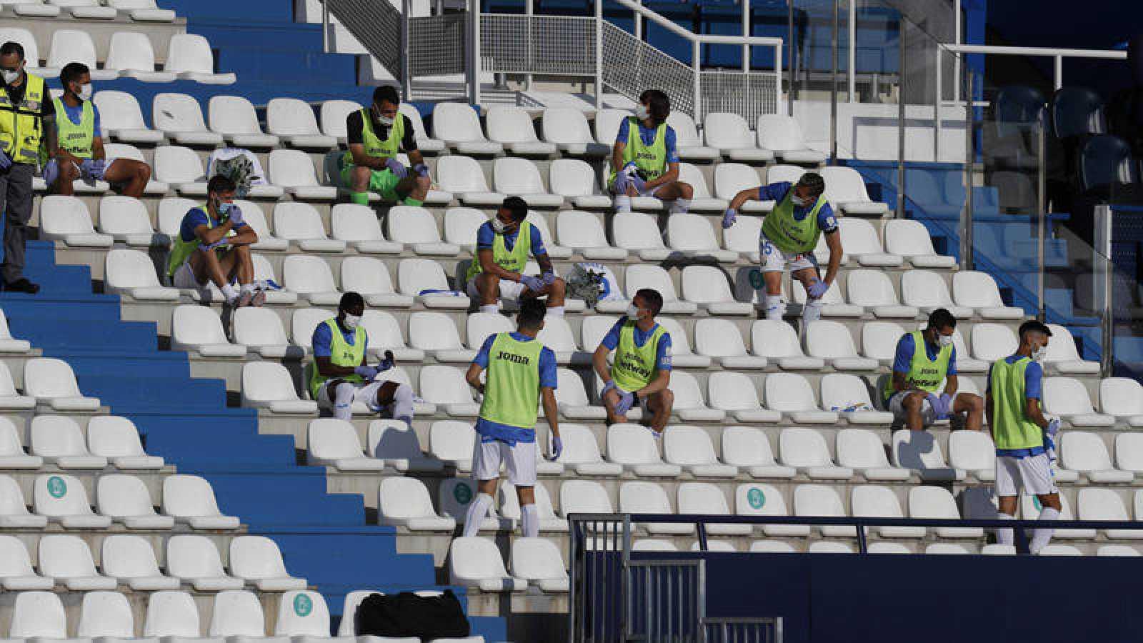 Jugadores suplentes en la grada del estadio del Leganés