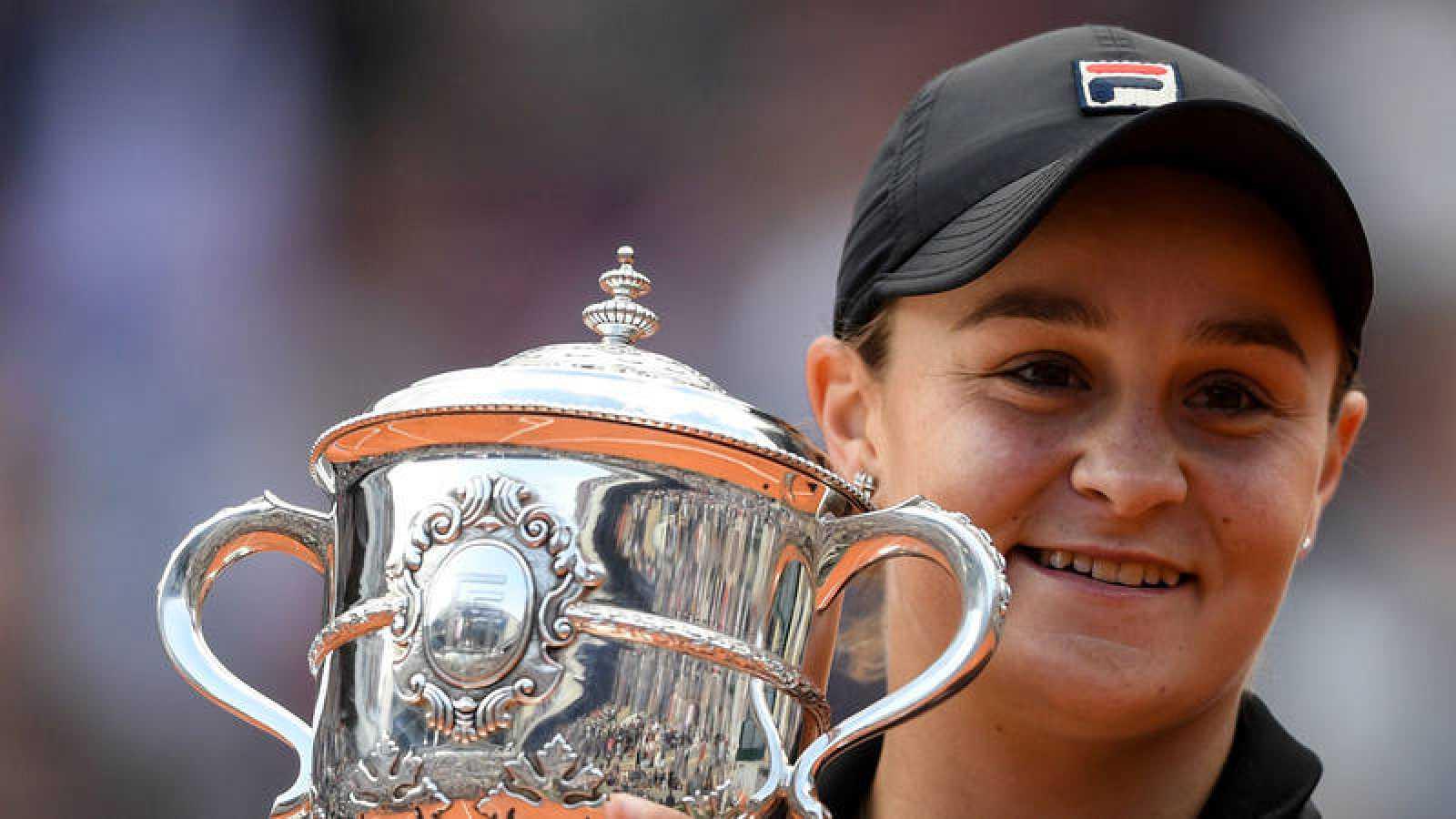 La australiana Ashleigh Barty levanta el trofeo de Roland Garros 2019.