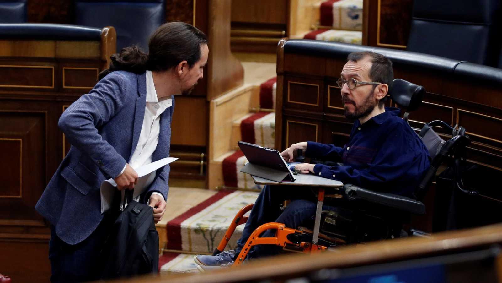 El vicepresidente segundo del Gobierno, Pablo Iglesias, conversa con el diputado de Unidas Podemos Pablo Echenique