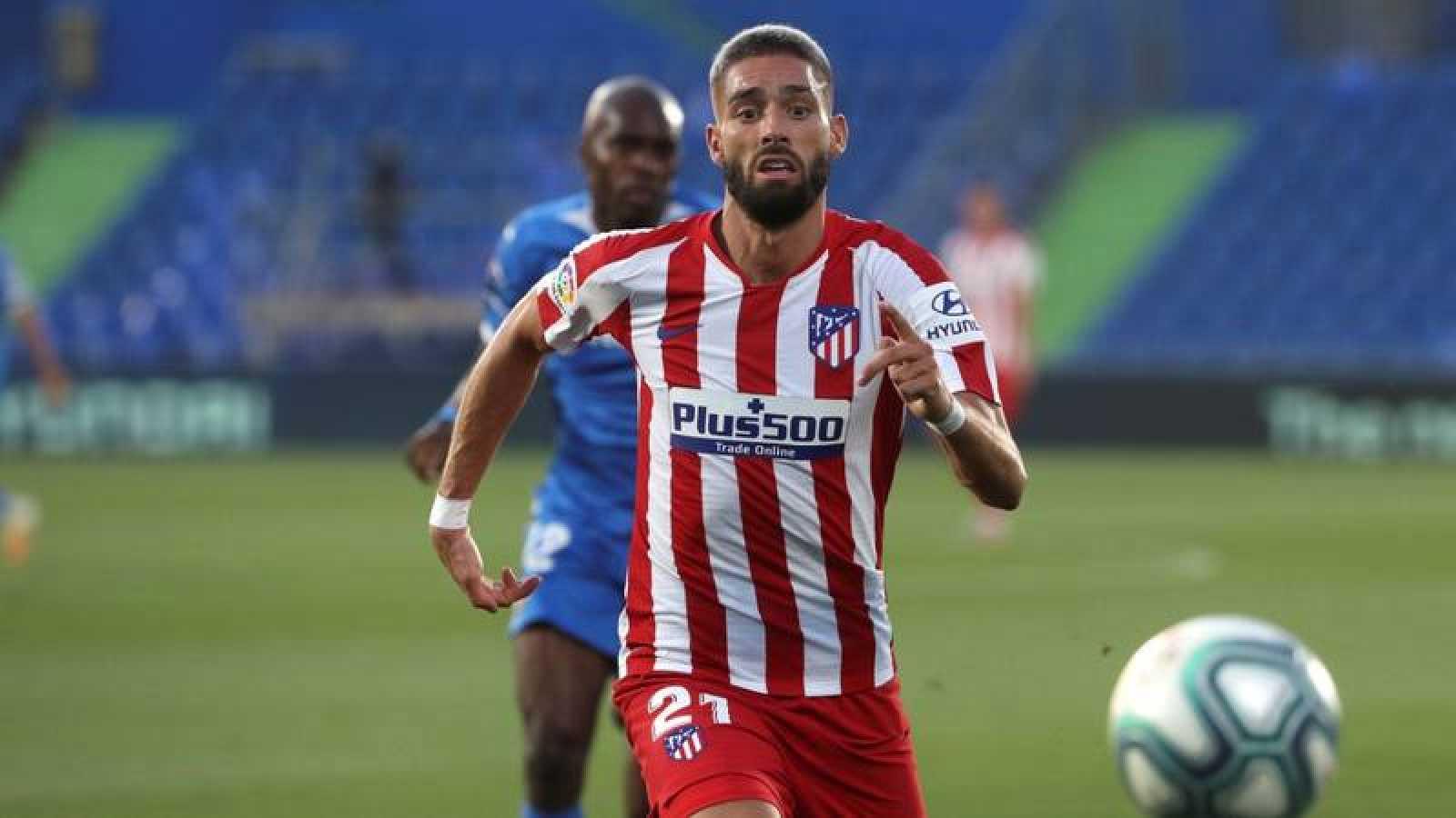 El centrocampista belga del Atlético de Madrid, Yannick Ferreira-Carrasco, persigue un balón.