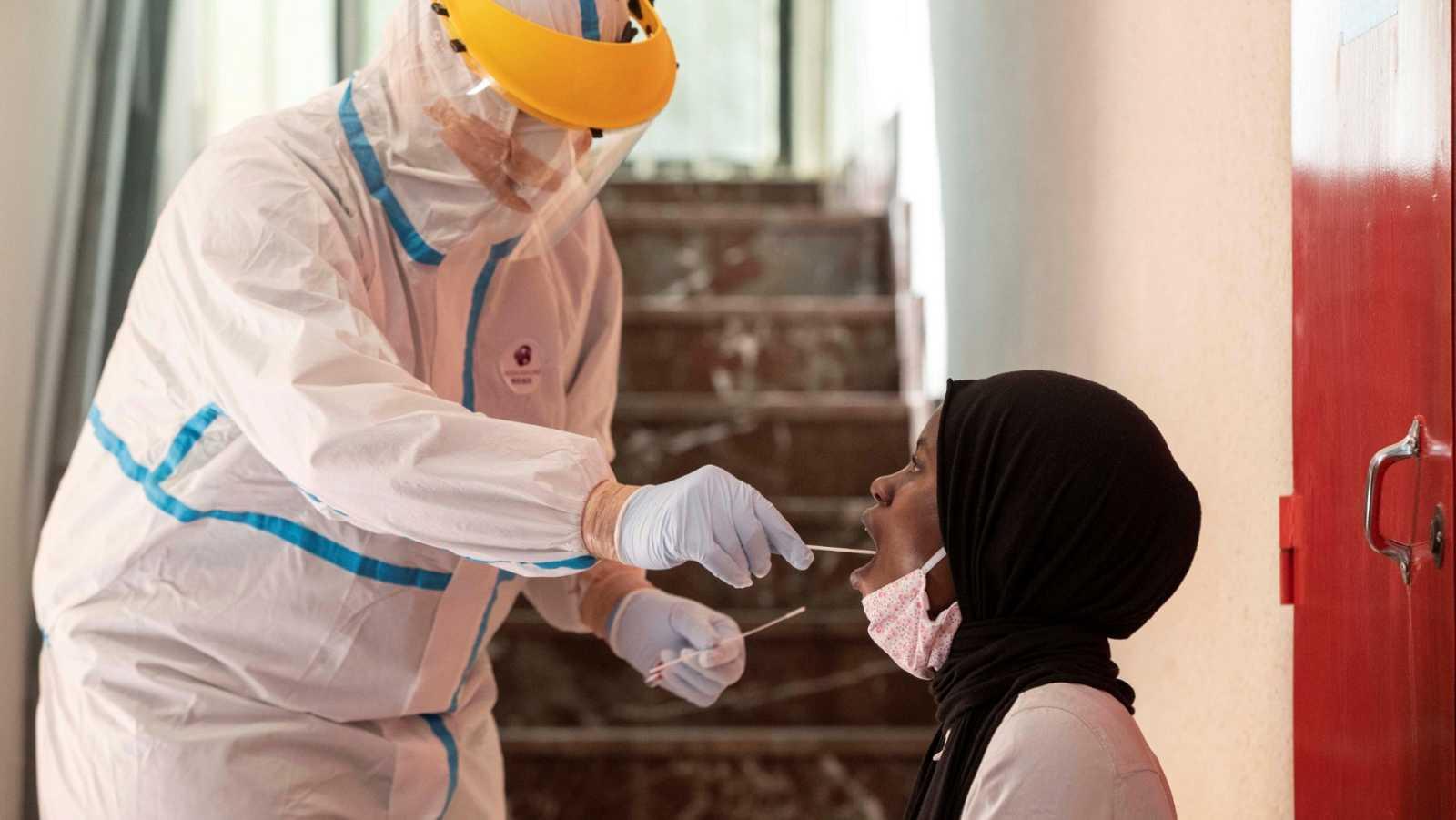 Un enfermero hace una prueba PCR a una mujer este martes en Lorca, Murcia