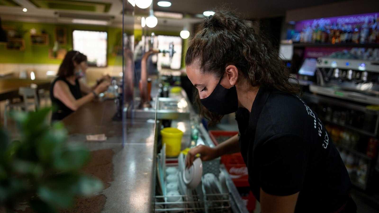 Una camarera trabaja en un bar en Toledo