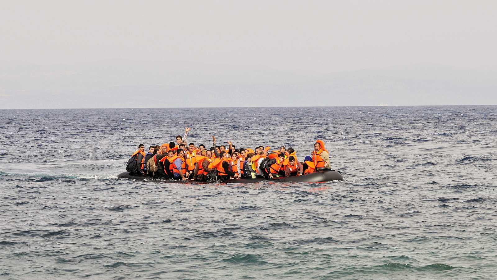 La ONG Open Arms rescata a 83 migrantes en el Mediterráneo Central.
