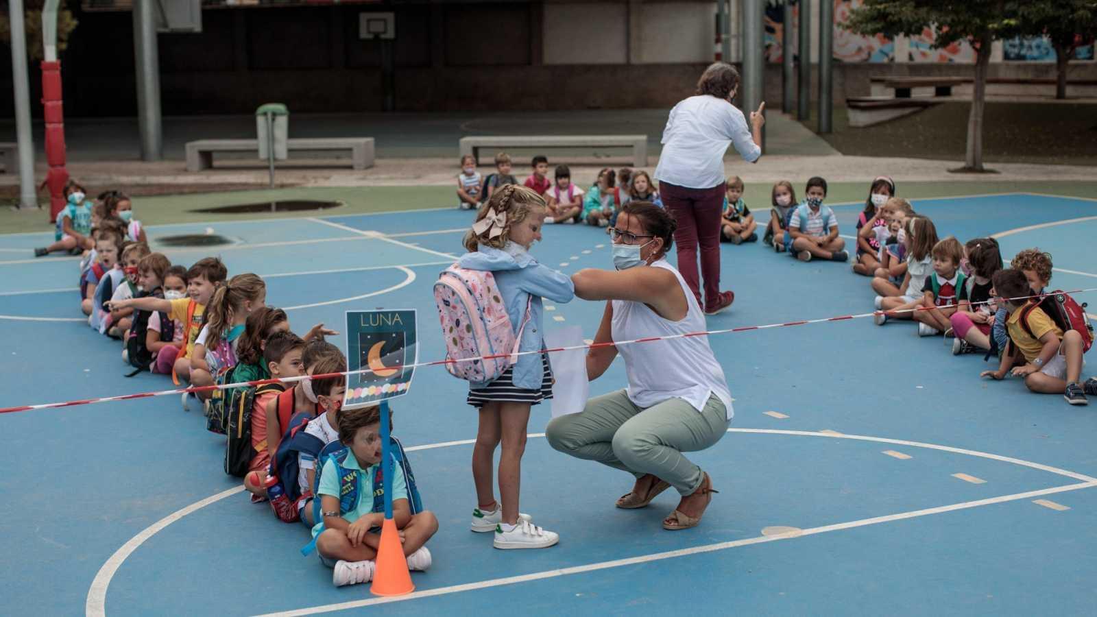 Una docente de un colegio de Valencia se saluda con una alumna.