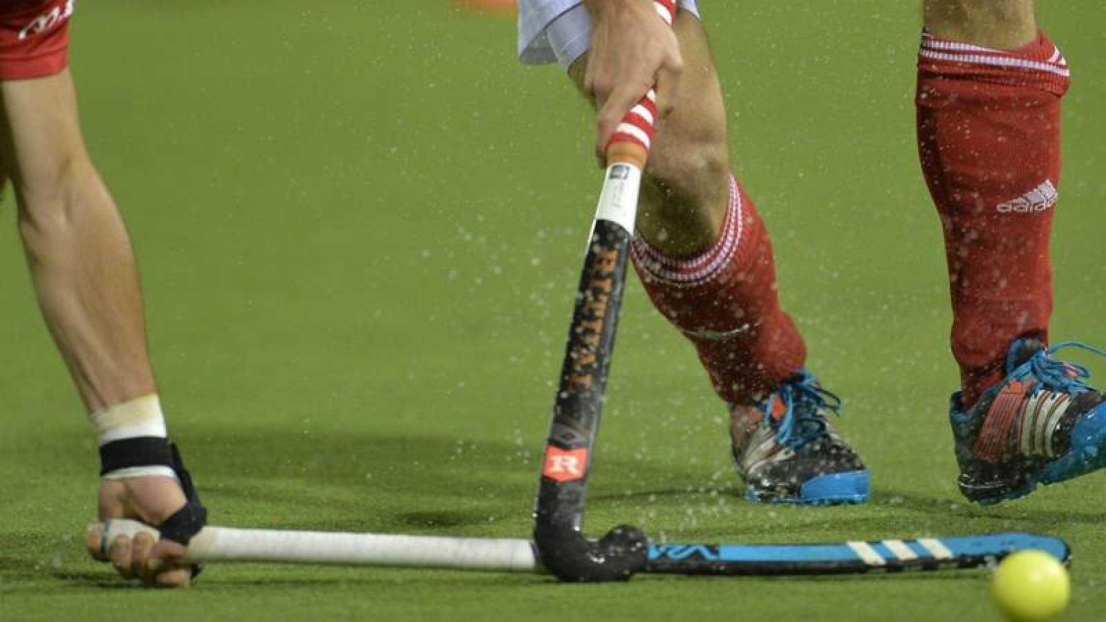 Detalle de un partido de hockey sobre hierba.
