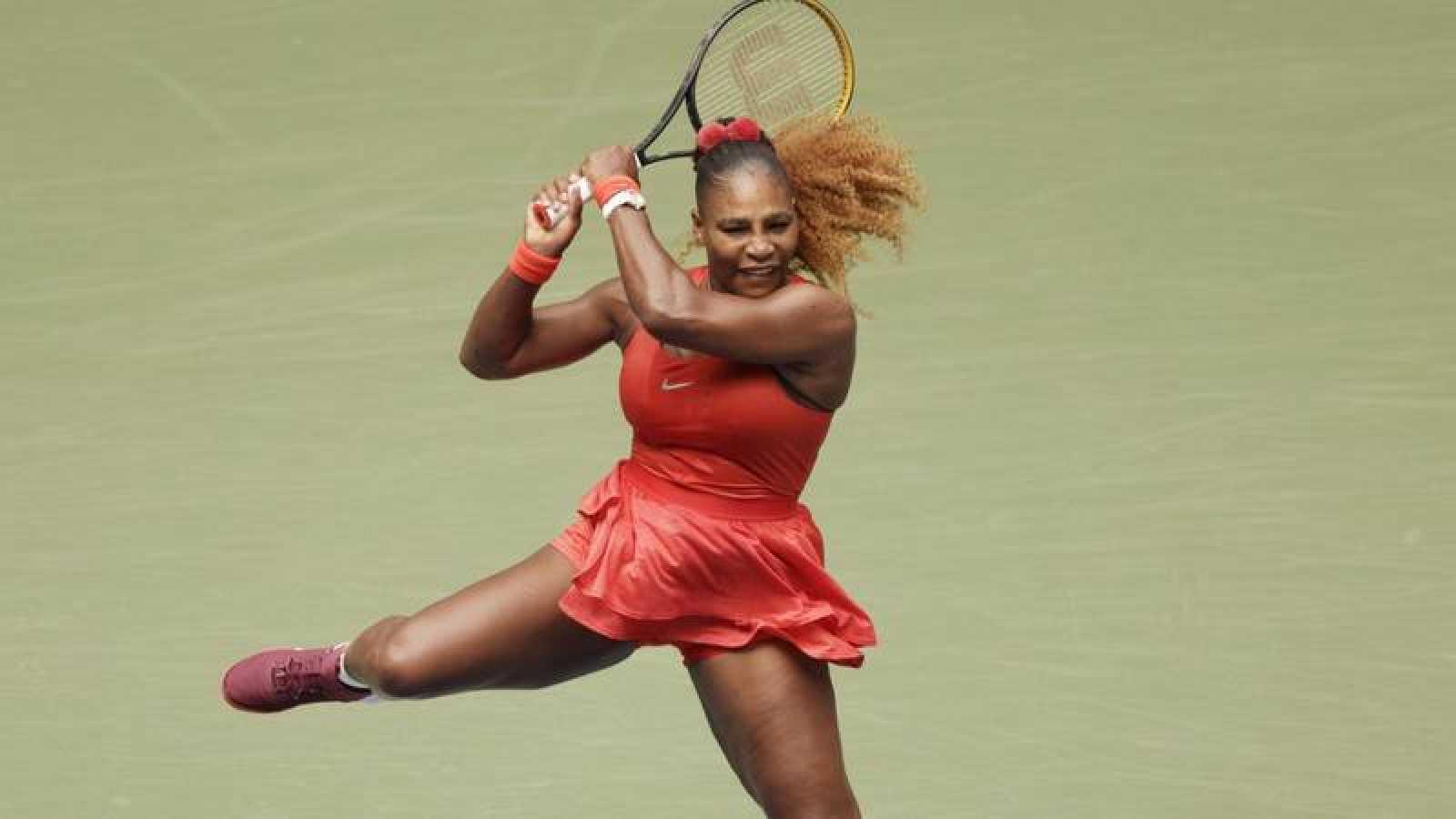 La tenista estadounidense Serena Williams golpea la bola en su partido ante Tsvetana Pironkova en el US Open.
