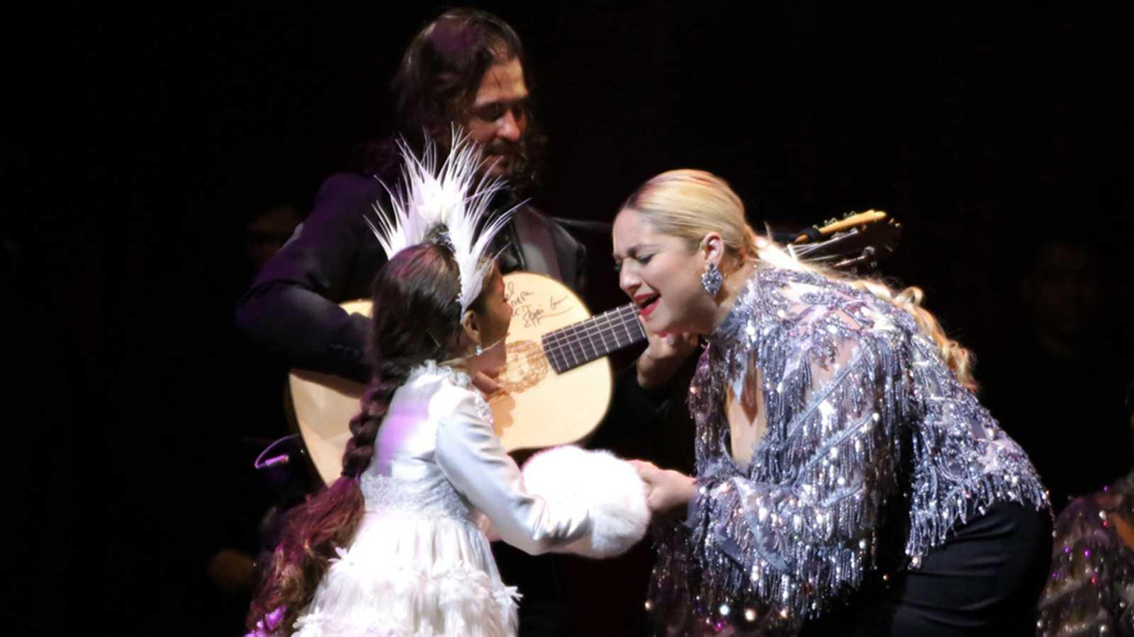 Soleá en un espectáculo con sus padres, Farru y Julia Manzano