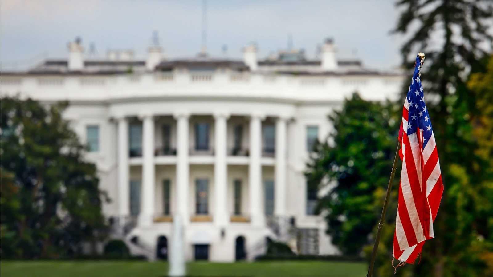 La bandera estadounidense frente a la Casa Blanca en Washington, DC., Estados Unidos.