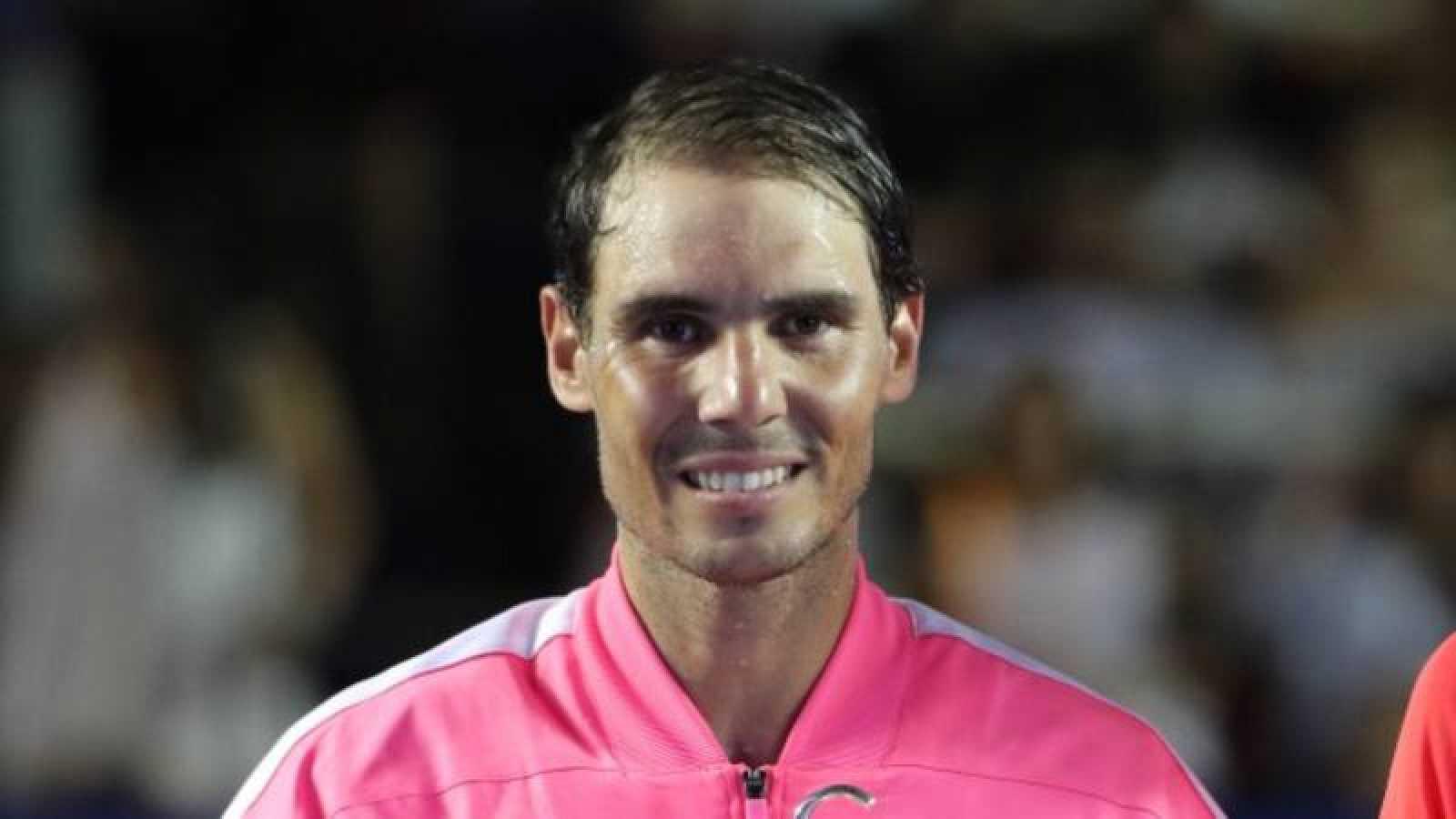 El español Rafael Nadal posa tras ganar el Abierto de Tenis de Acapulco en febrero de 2020.