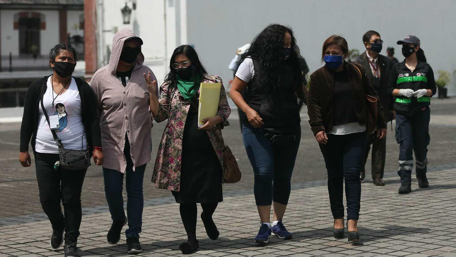 Familiares de algunas de las mujeres víctimas de violencia que protagonizan la ocupación de las instalaciones de la Comisión Nacional de Derechos Humanos (CNDH), salen tras reunirse con la secretaria de Gobernación (Interior) de México, Olga Sánchez