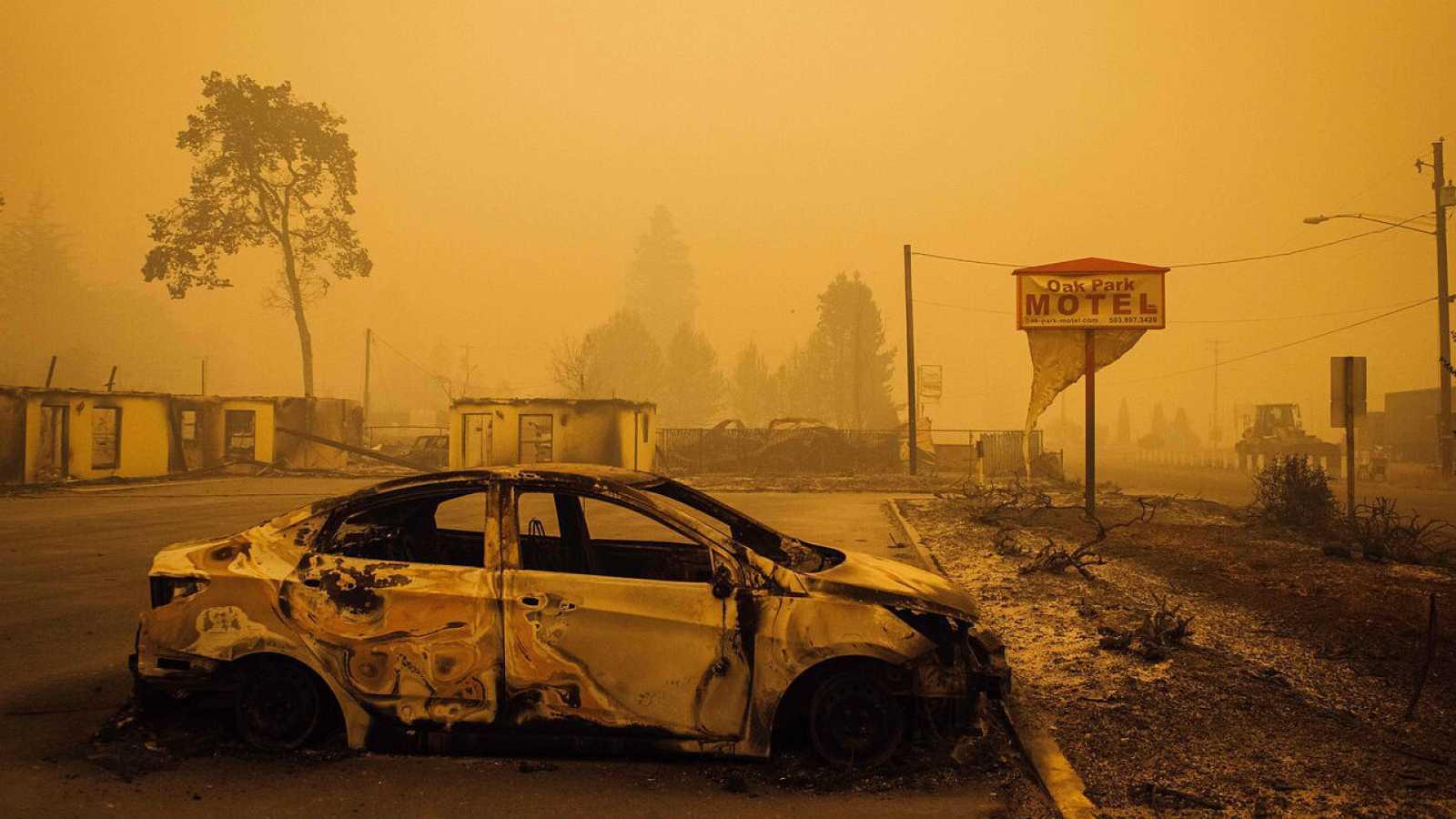 Un vehículo carbonizado en un aparcamiento tras el paso de un incendio en Oregón, Estados Unidos.