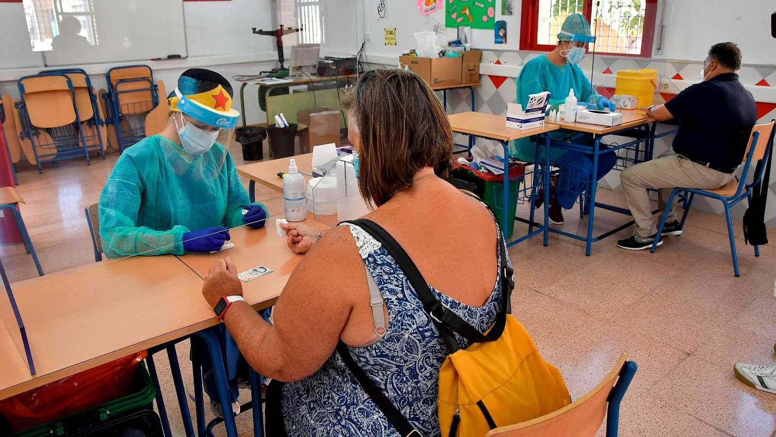 Varias enfermeras realizan las pruebas del COVID-19 en Roquetas de Mar ( Almería).