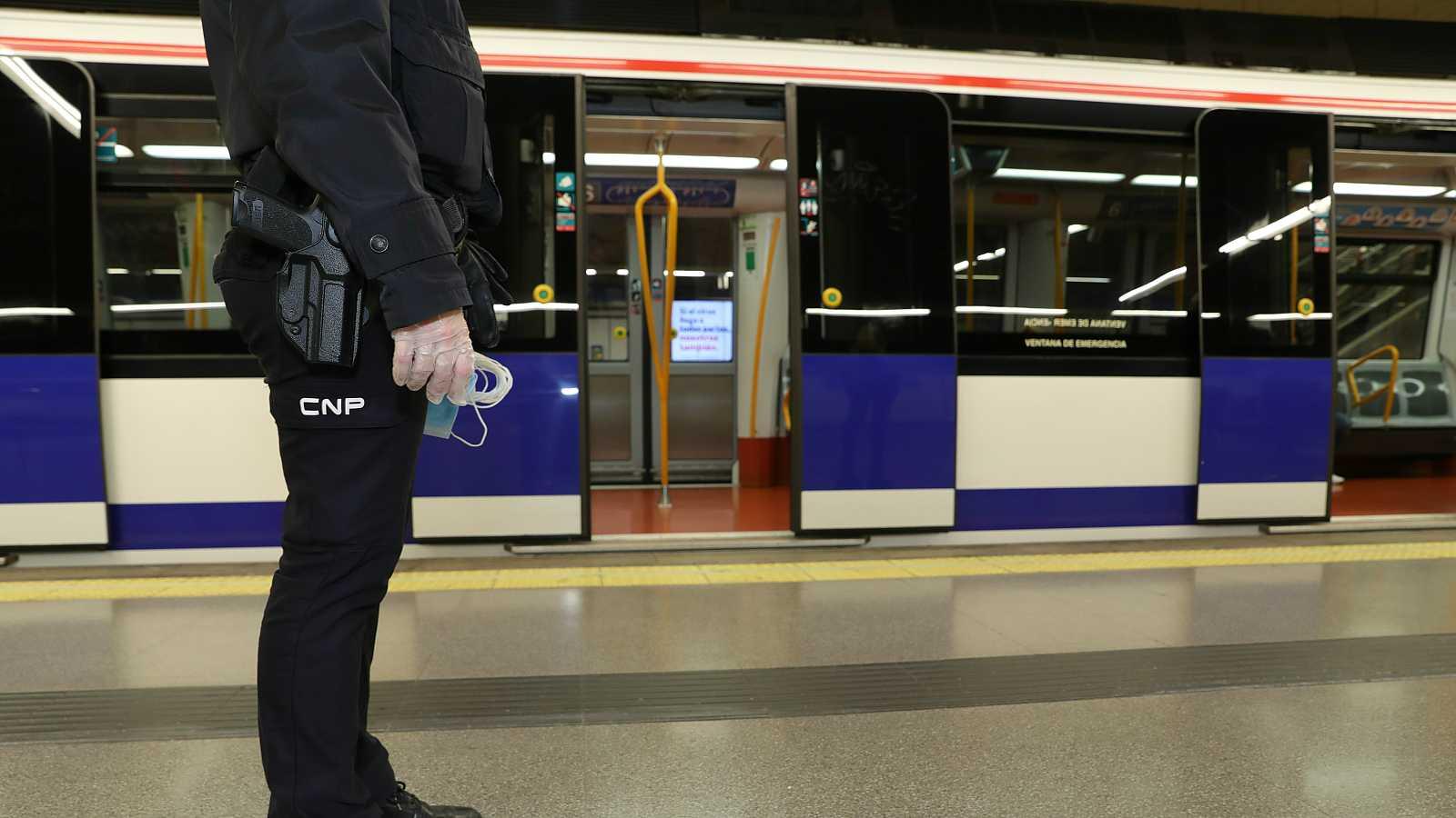 Policía en el Metro de Madrid