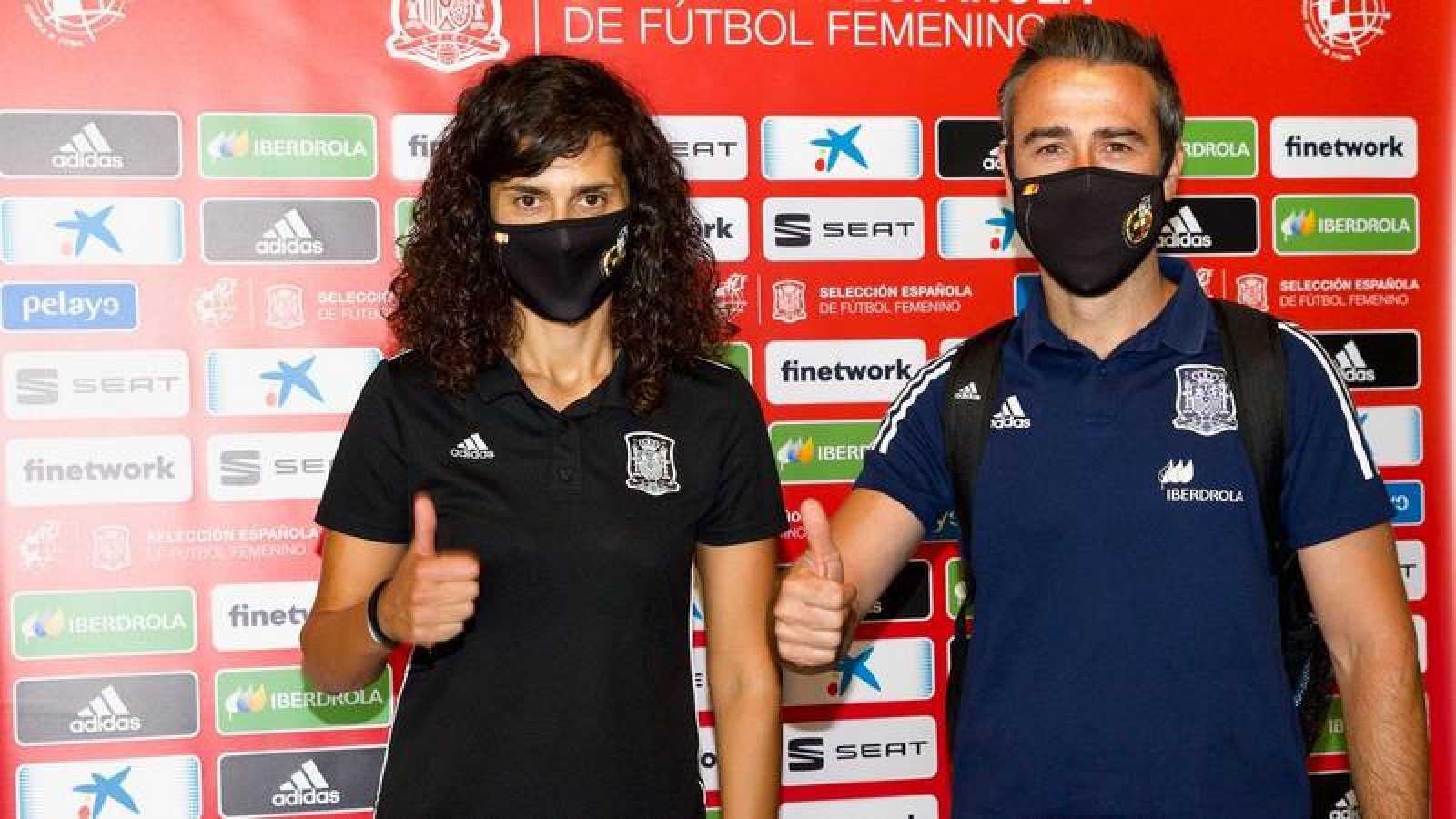 El seleccionador español Jorge Vilda junto a una de sus jugadoras en La Ciudad del Fútbol de Las Rozas.