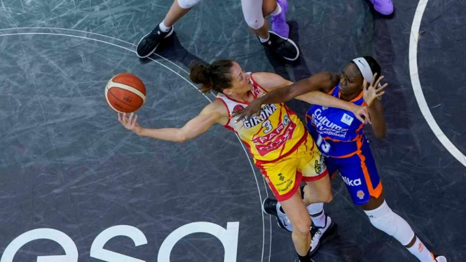 Imagen: Partido entre Spar Girona y Valencia Basket, dos participantes de la Supercopa
