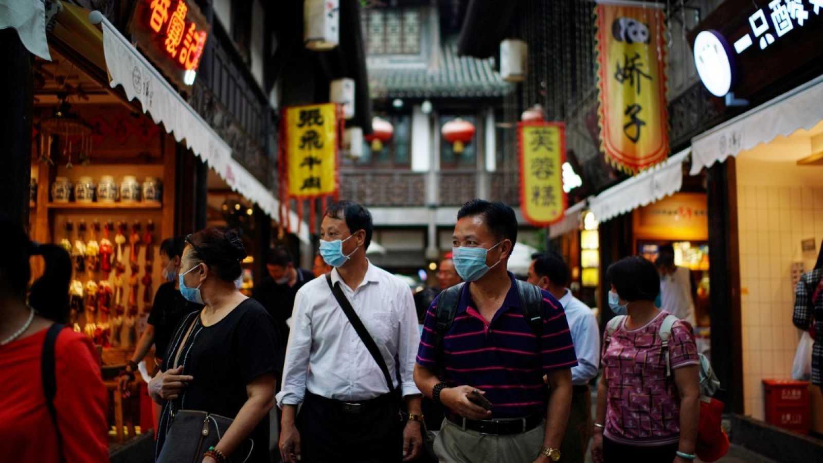 Varias personas pasean por las calles de Chengdu, China.