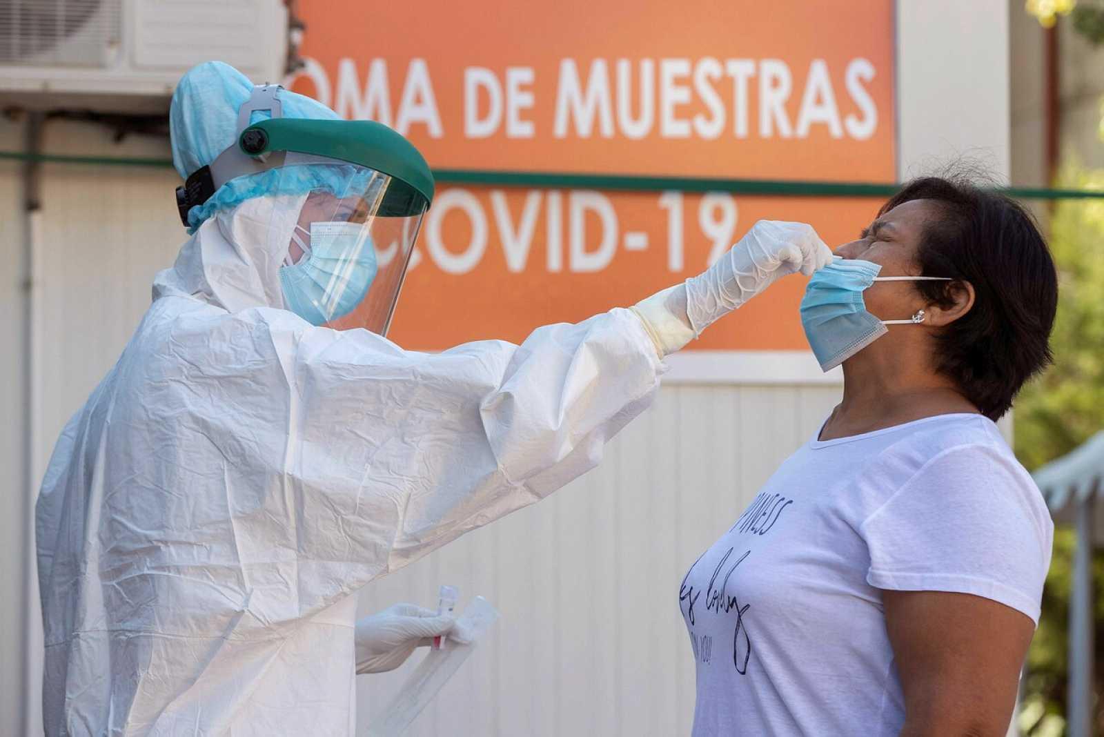 Imagen de un sanitoria tomando una mustra a un paciente para la realización de una PCR.