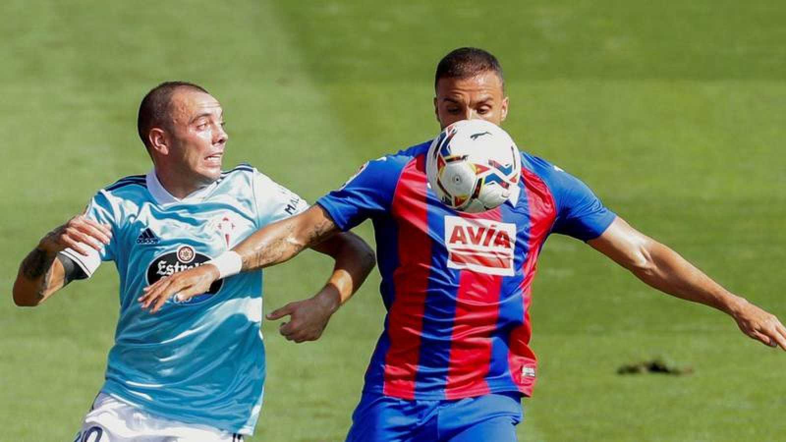 El centrocampista del Eibar, Pedro León y el delantero del Celta de Vigo Iago Aspas disputan un balón.