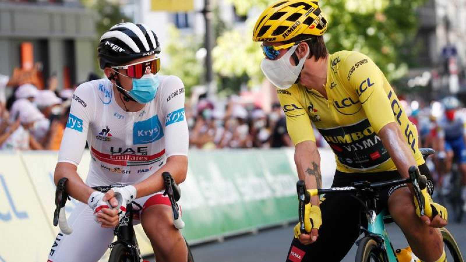 Los ciclistas eslovenos Tadej Pogaçar y Primoz Roglic conversan antes de una salida en el Tour 2020.