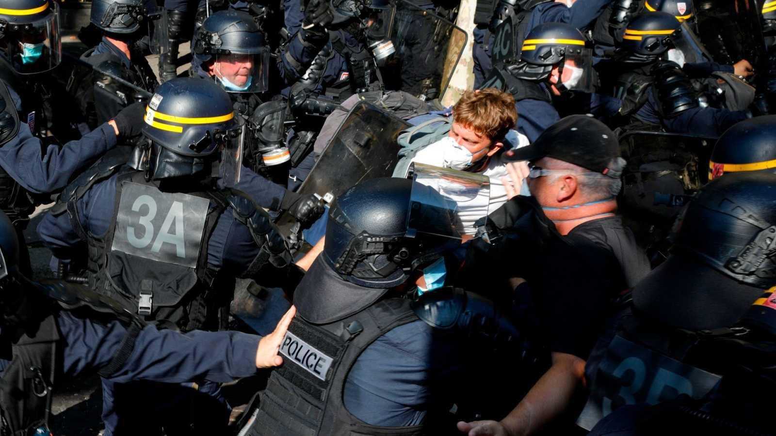 Varios agentes detienen a uno de los manifestantes durante una protesta de los 'chalecos amarillos' en París.