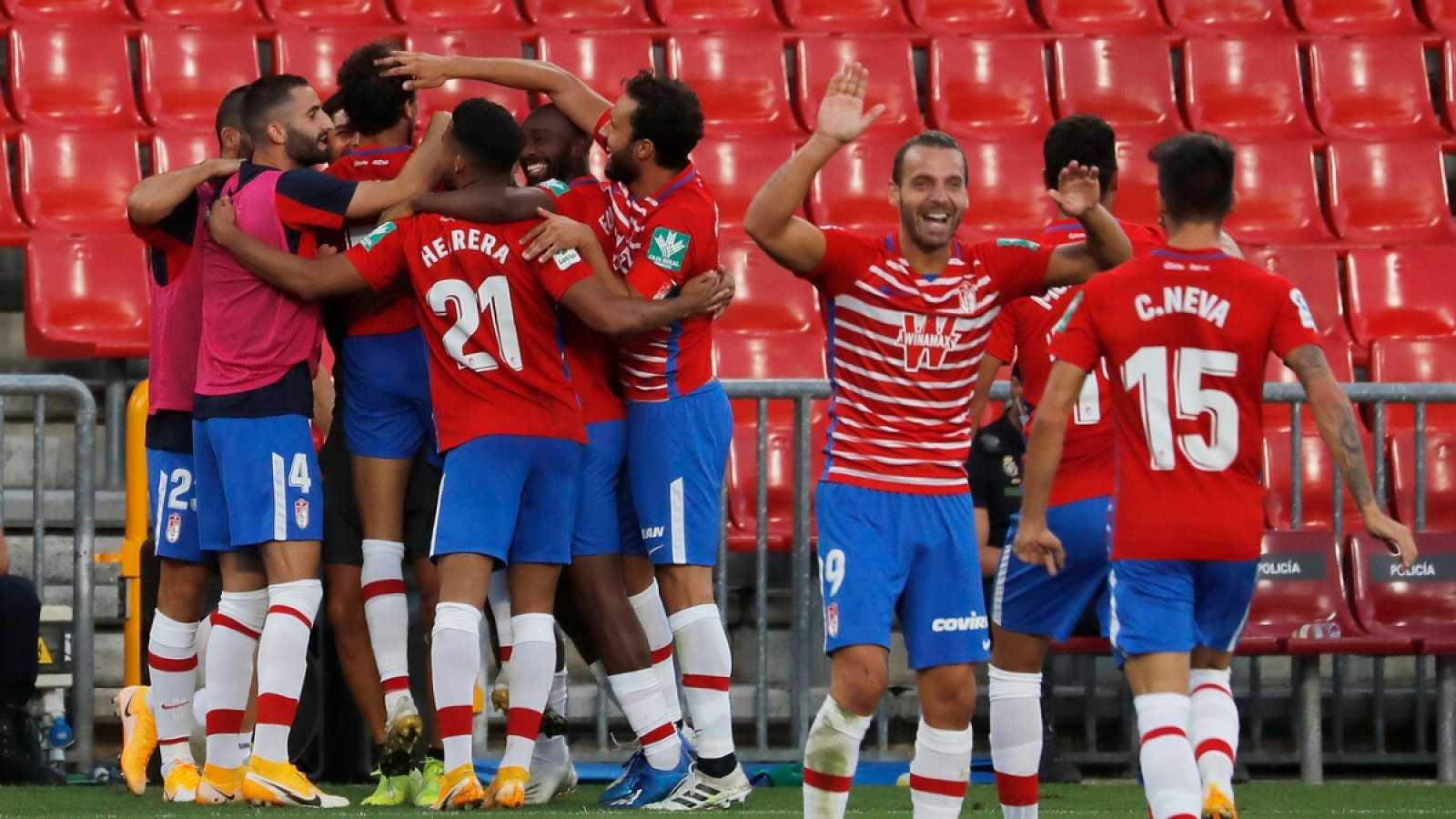 Imagen: Los jugadores del Granada celebran el segundo gol