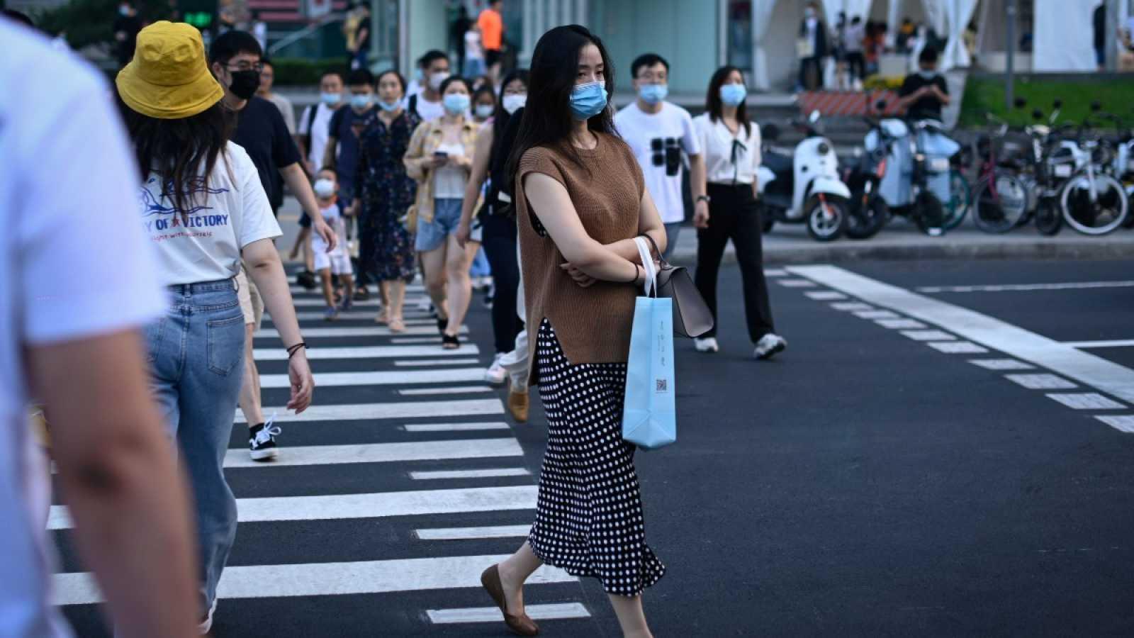 Una mujer pasea por las calles de Beijing, China.