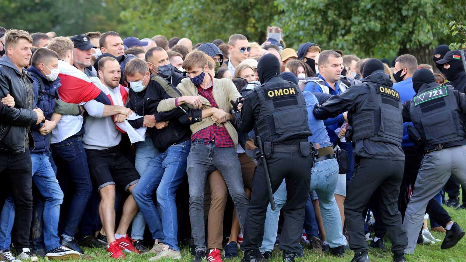 Miles de personas se han reunido en el centro de Minsk para protestar contra el presidente Alexandr Lukashenko.