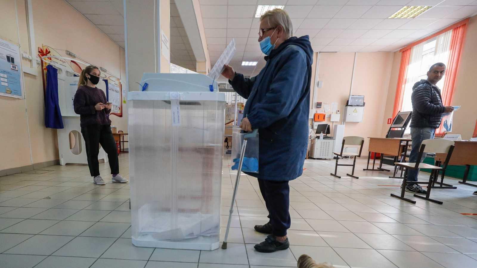 Mujer votando en las elecciones municipales de Moscú, Rusia