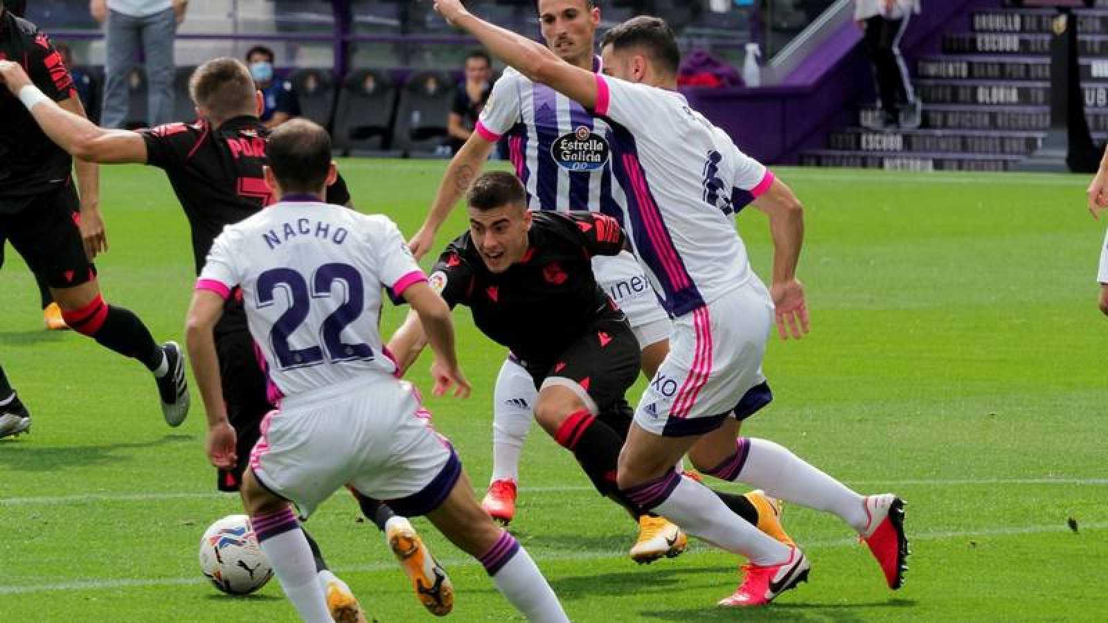 El defensa del Valladolid Bruno González y el delantero suevo del Alavés Alexander Isak luchan por un balón.