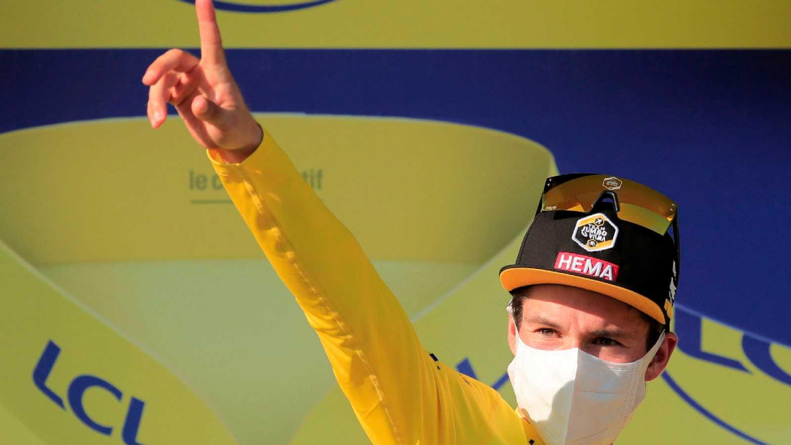 Imagen: Primoz Roglic recibe un nuevo amarillo en el podio de Grand Colombier
