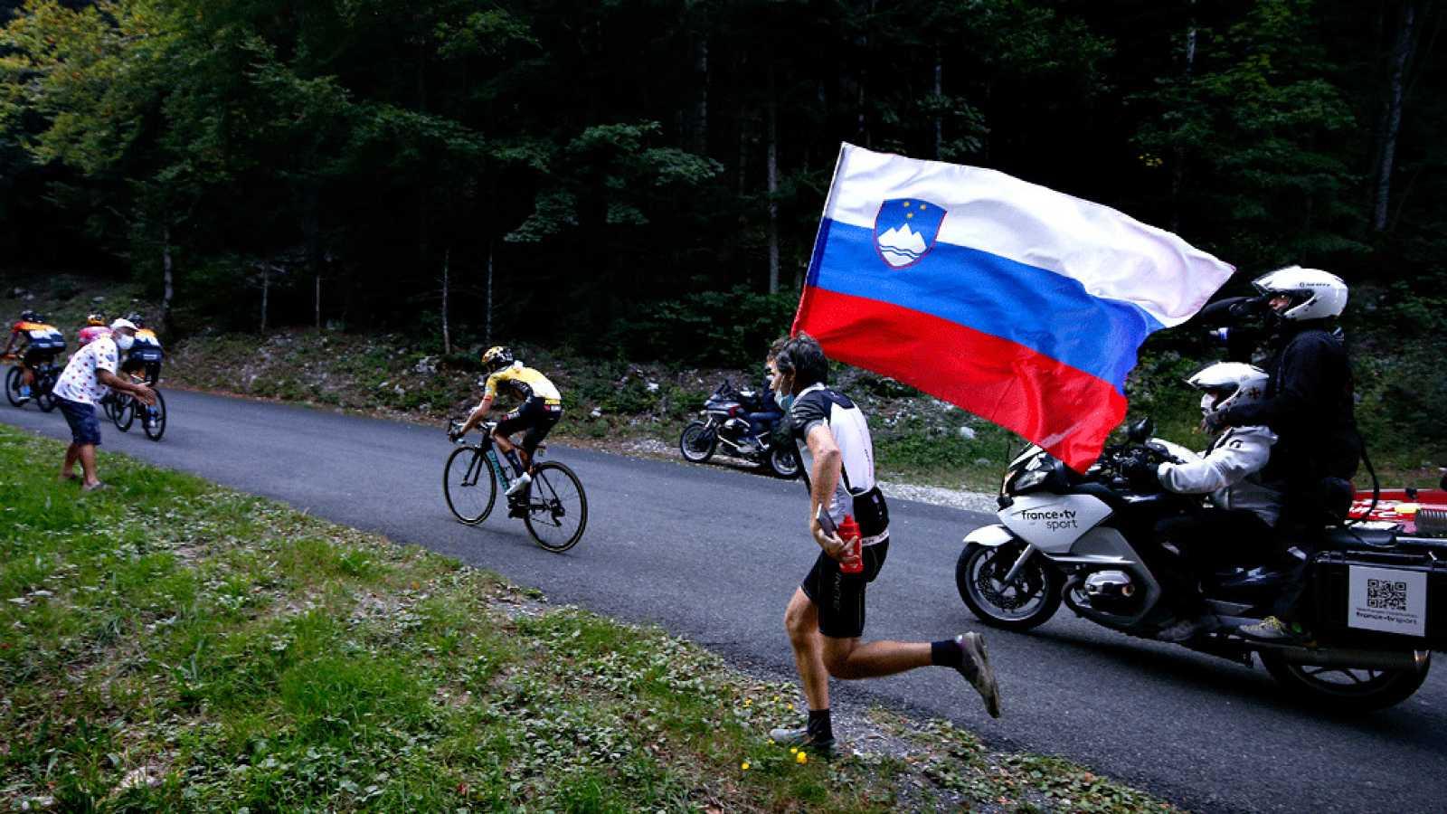Un aficionado anima con una bandera eslovena durante la etapa 15 del Tour de Francia 2020.
