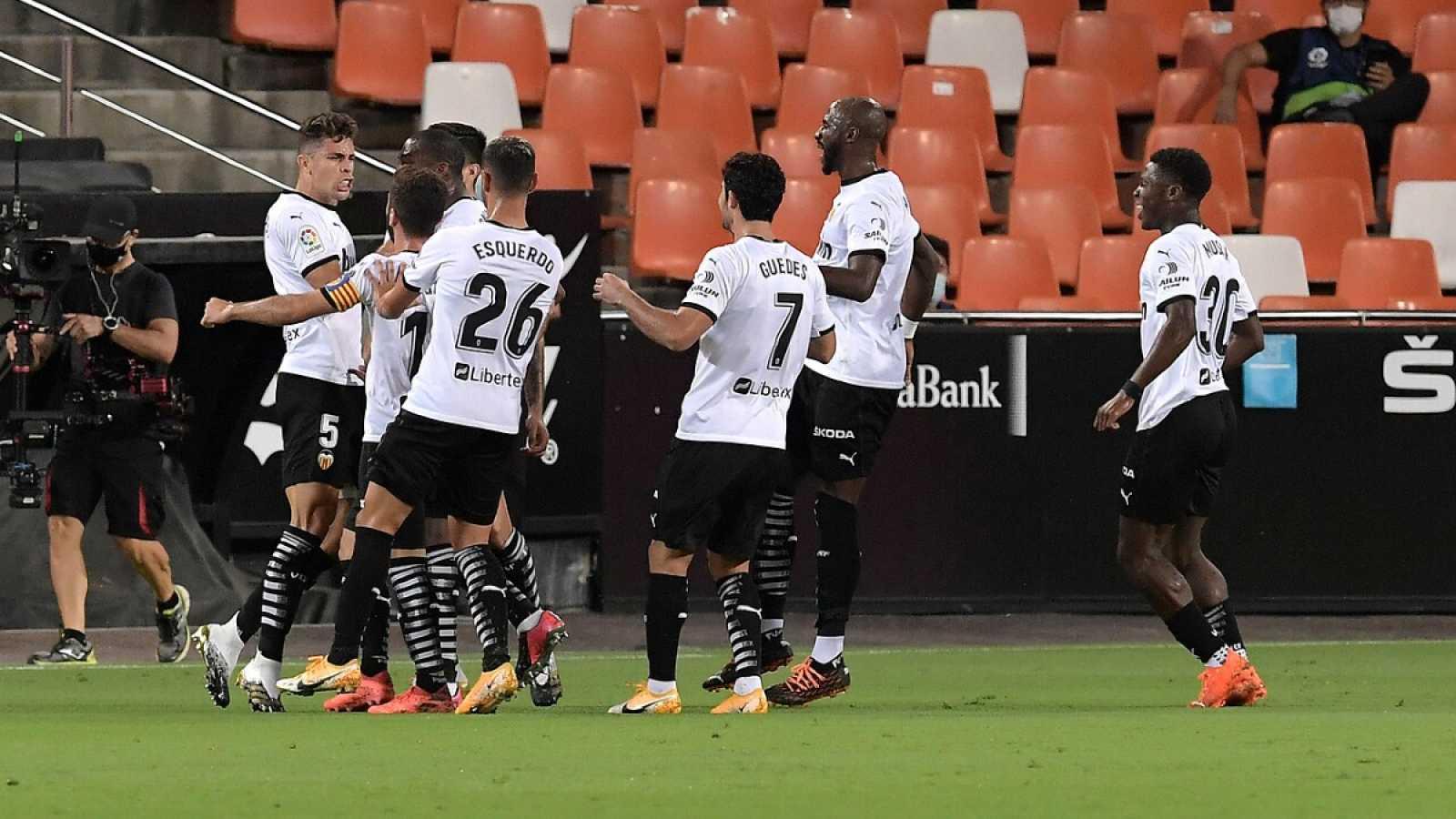 Imagen: Los jugadores del Valencia celebran el gol de Gabriel
