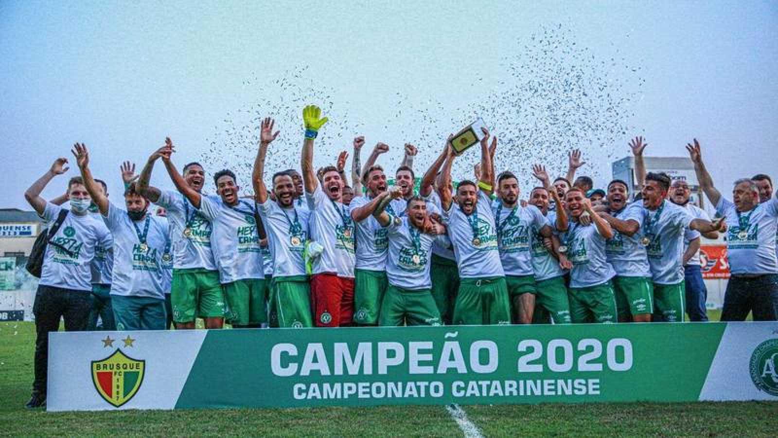 Los jugadores del Chapecoense celebran el título del campeonato Caterinense 2020.