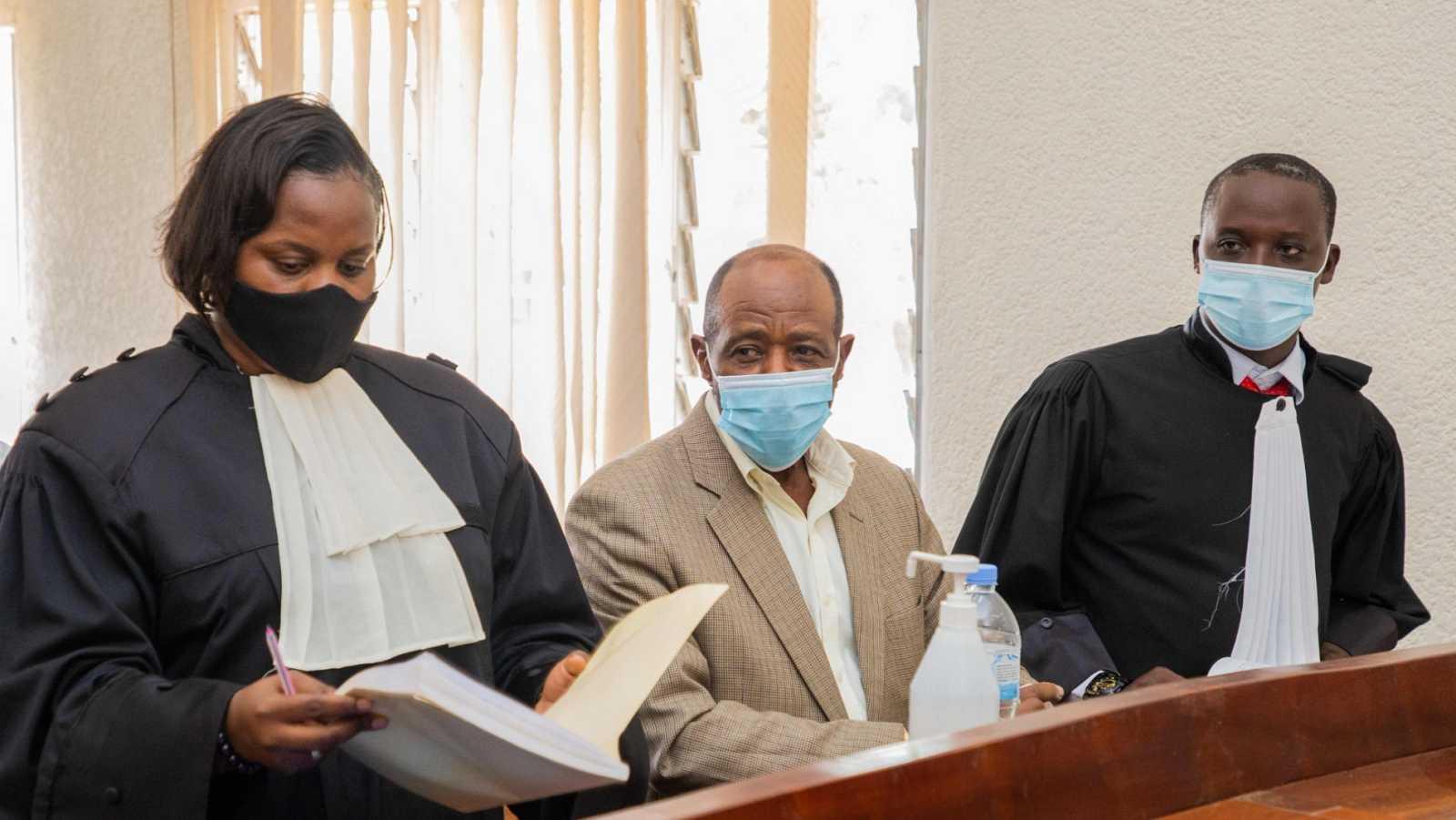 Paul Rusesabagina, junto a sus abogados en la vista ante el tribunal de Kigali