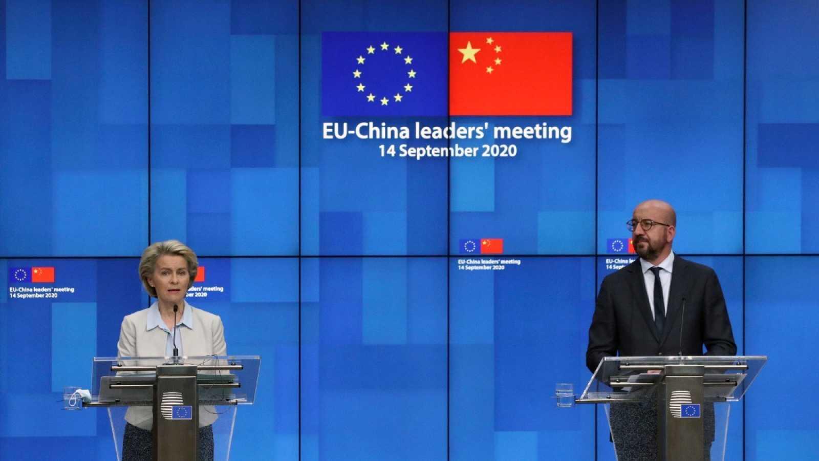 El presidente del Consejo Europeo, Charles Michel en la conferencia de prensa telemática junto a la presidenta de la Comisión Europea, Ursula von der Leyen, tras la cumbre virtual con el presidente de China, Xi Jinping.