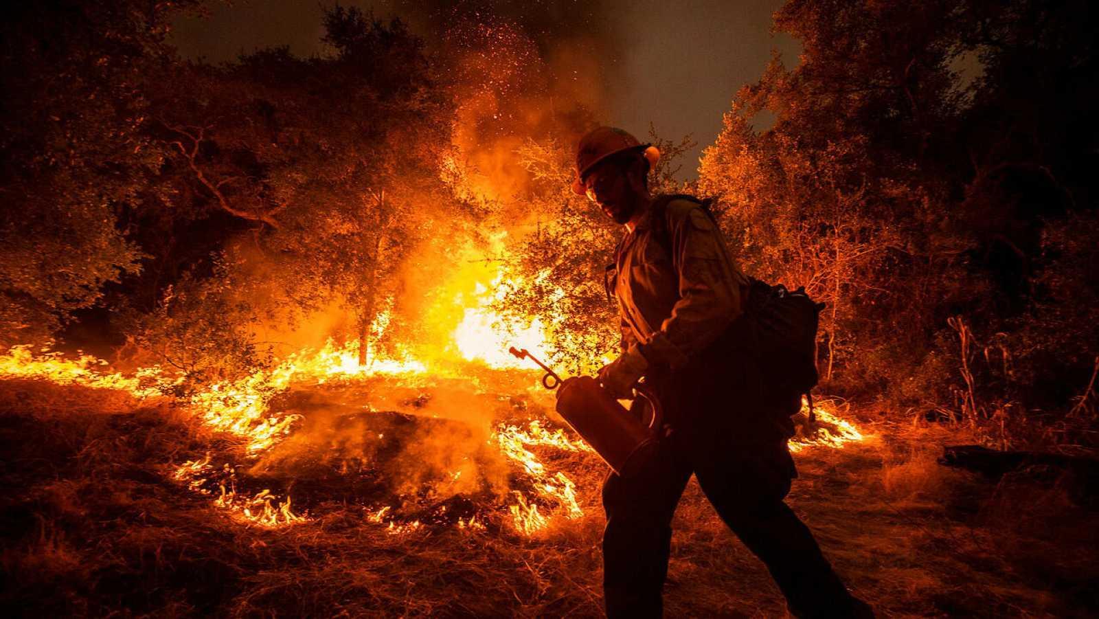 Un bombero intenta controlar el incendio en el Bosque Nacional Ángeles, cerca de Arcadia, California, Estados Unidos.