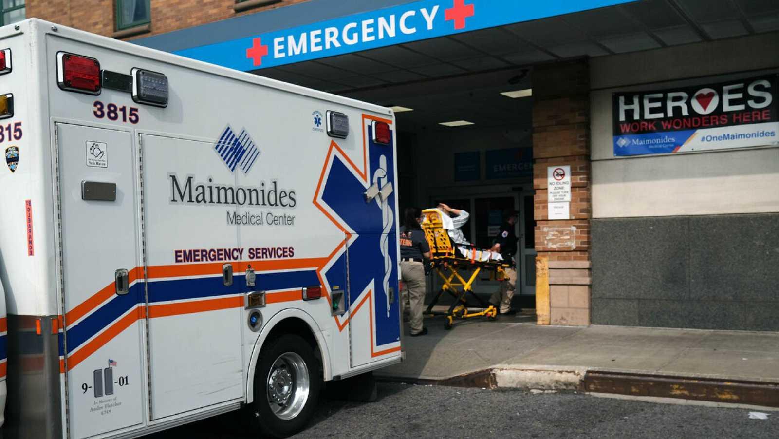 Los trabajadores médicos trasladan a un paciente al Centro Médico Maimónides en el distrito de Brooklyn de la ciudad de Nueva York, Estados Unidos.