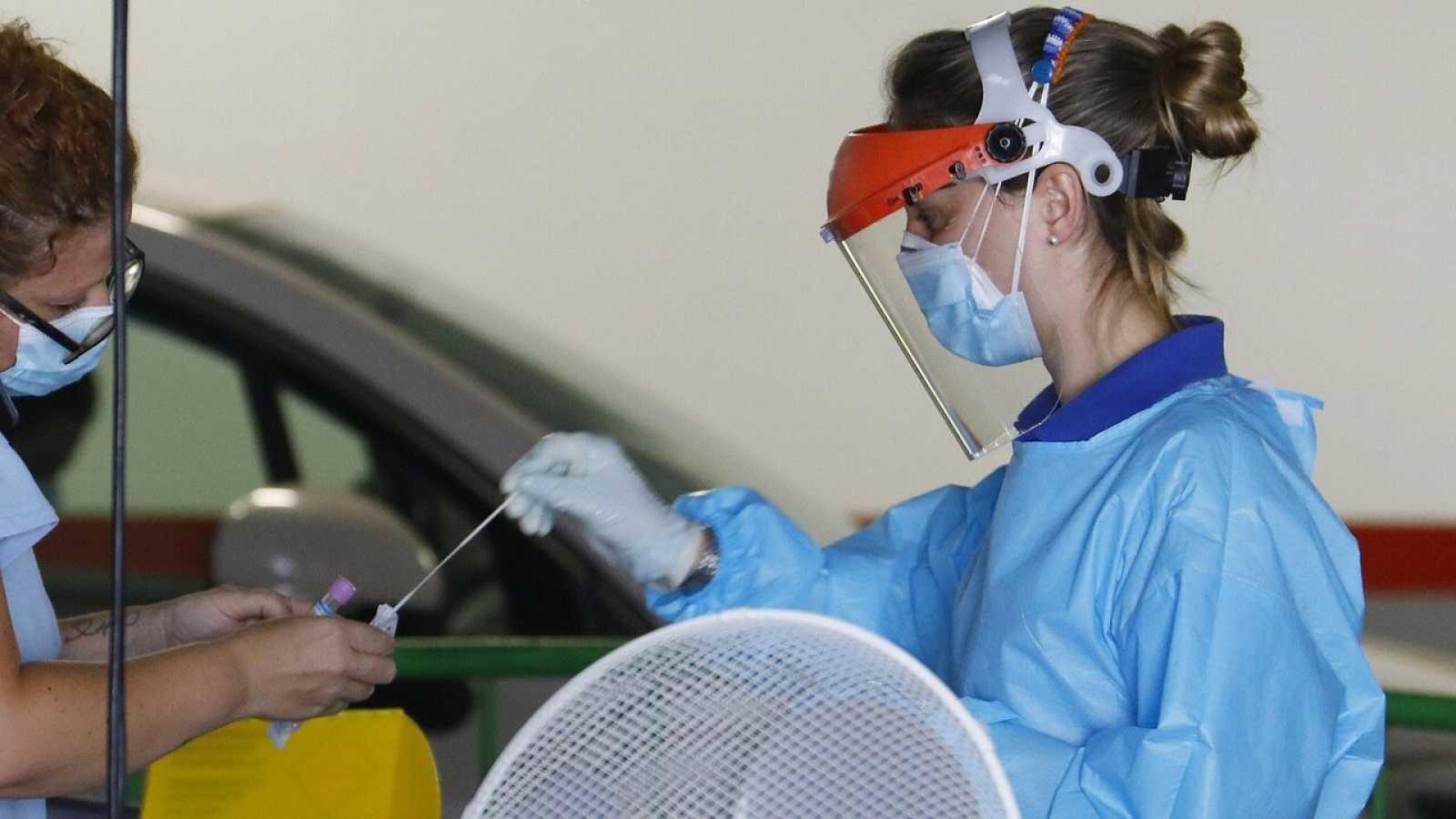 Personal sanitario continúa haciendo test rápidos para detectar coronavirus en un centro sanitario de Córdoba. EFE/Salas