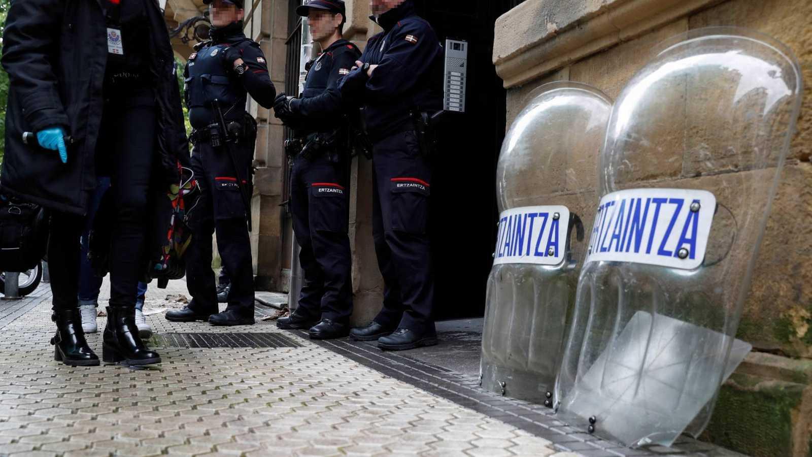 La Ertzaintza junto a una casa ocupada ilegalmente en el centro de San Sebastián