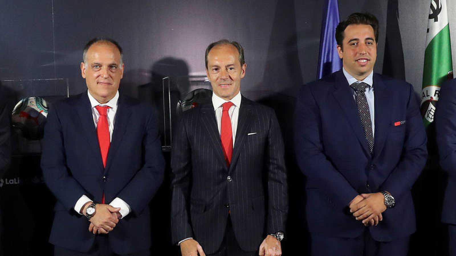 De izquierda a derecha, el presidente de LaLiga, Javier Tebas; el consejero delegado del banco Santander, Rami Aboukhair; y el presidente del Fuenlabrada, Jonathan Praena