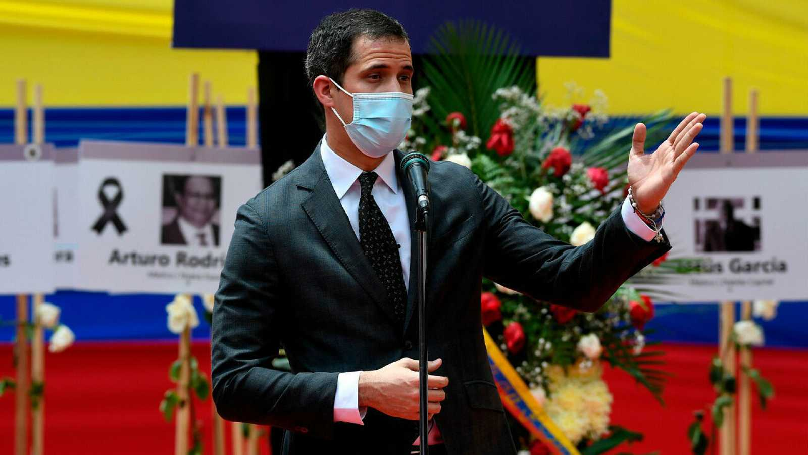 El líder venezolano, Juan Guaidó, con mascarilla, pronuncia un discurso en Caracas, Venezuela.