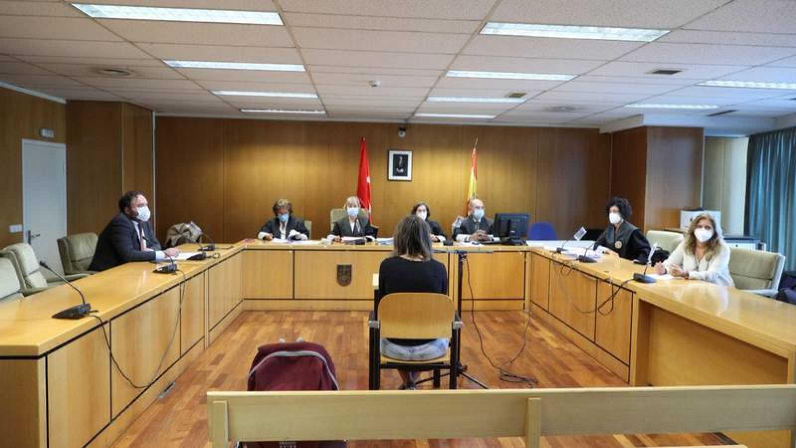 Juicio en la Audiencia Provincial de Madrid, con una acusada presente y los otros compareciendo mediante videoconferencia desde Holanda.