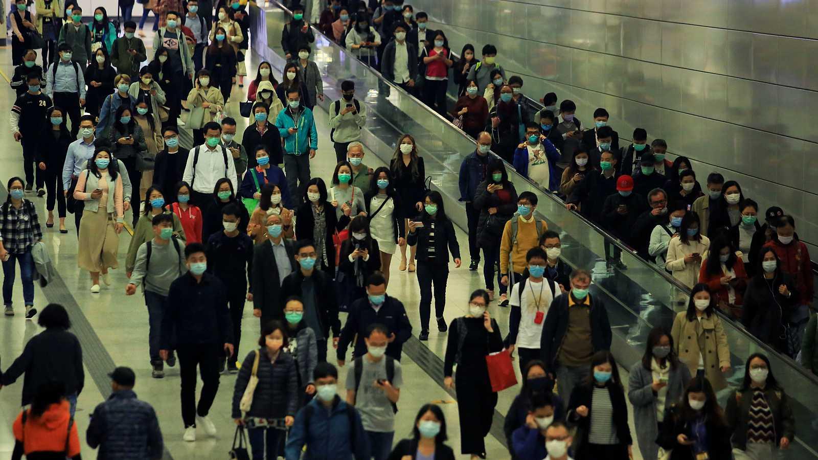 Personas con mascarilla en el transporte público.