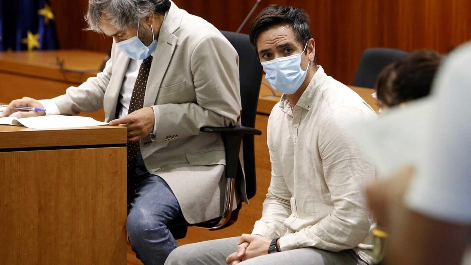 El acusado Rodrigo Lanza (c) y su abogado, Endika Zulueta, escuchan el veredicto del jurado